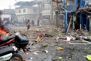 Los escombros dejados por la explosión de una moto-bomba son vistos hoy, miércoles 1 de febrero de 2012, frente a una estación de Policía de Tumaco (Colombia). El atentado dejó al menos cinco muertos y un número indeterminado de heridos.
