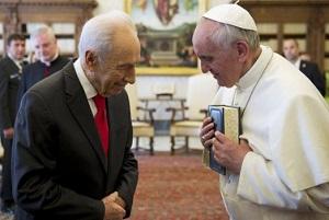 Shimon Peres con el jerarca católico Jorge Bergoglio.