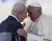 El abrazo del Papa Francisco y el ex Presidente del Estado de Israel, Shimon Peres, en el aeropuerto de Ben Gurion, en las afueras Tel Aviv. - EPA