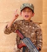 """Niño de ISIS: """"Dame mi arma""""."""