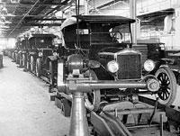 El primer coche fabricado en cadena fue el Ford Modelo T en 1908.