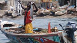 Pescador senegalés acorralado por pesqueros.