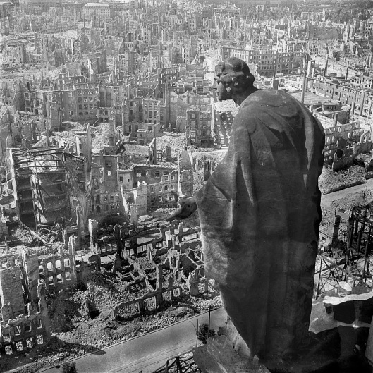 Dresde tras el bombardeo vista desde lo alto de la torre del ayuntamiento. Famosa foto de Richard Peter.